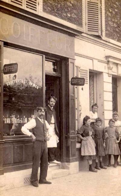 Cartes postales anciennes,photo,vitrine,magasin,coiffeur,publicité ancienne,toles embouties publicitaires,plaques émaillées,capilliculture