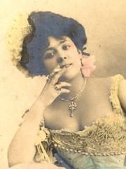 Femme fumant, carte postale ancienne, Les beaux dimanches