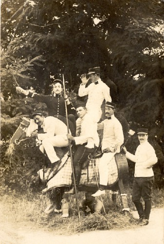 soldats,cheval de bois,14-18,photo ancienne,carte postale,collection les Beaux Dimanches