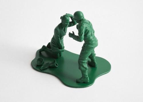 victimes de guerre, causalities of war,figurine,jeu,jouet,soldats de plastique,humour,mokarex,personnage en plastique