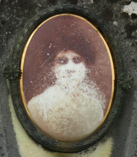 cimetière,photos inédites,art populaire,la place du mort,photo sur porcelaine,répertoire des macchabées célèbres,mort d'homme