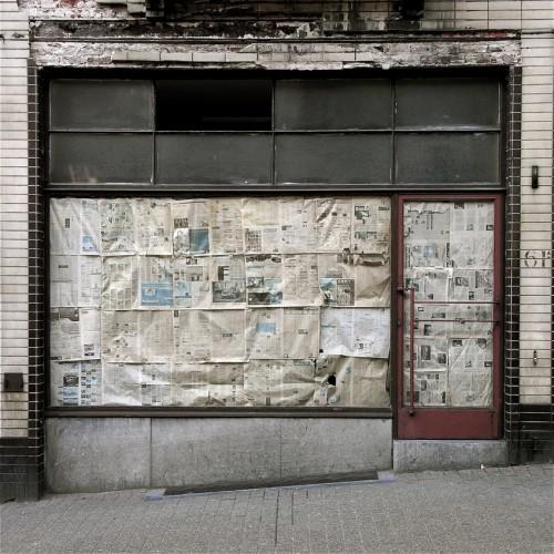 Thibaut Derien, j'habite une ville fantôme, photos de vitrines, boutiques abandonnées, les beaux dimanches