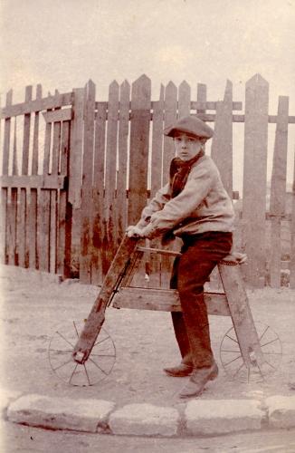 tour de france,photo ancienne, enfant, vélo en bois,jeu d'enfant