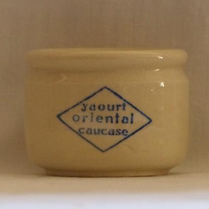 brocante,collection,pots à yaourt anciens,art modete,art populaire,objet du quotidien